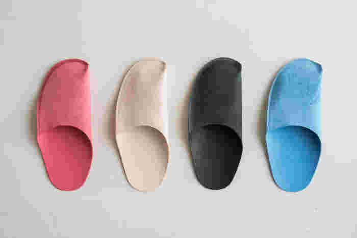 するりとしたシンプルな形で一見するとスリッパとは見えないかも。可愛らしい色合いも揃ったカラー展開。家族で色違いで揃えても良さそう。