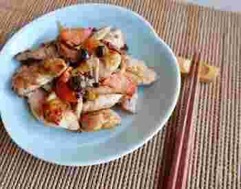パサパサ感が気になる鶏むね肉は、下味冷凍することでおいしさUP。野菜もまとめて冷凍する小ワザで、解凍後の調理がぐんと楽になります。レシピでは鶏むね肉が使われていますが、鶏もも肉でもOKです。