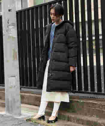 コートから覗くホワイトのスカート&レギンスの重ね着がおしゃれ。丈の長いアイテムも、ホワイトを選ぶことで軽快な印象を与えられます。