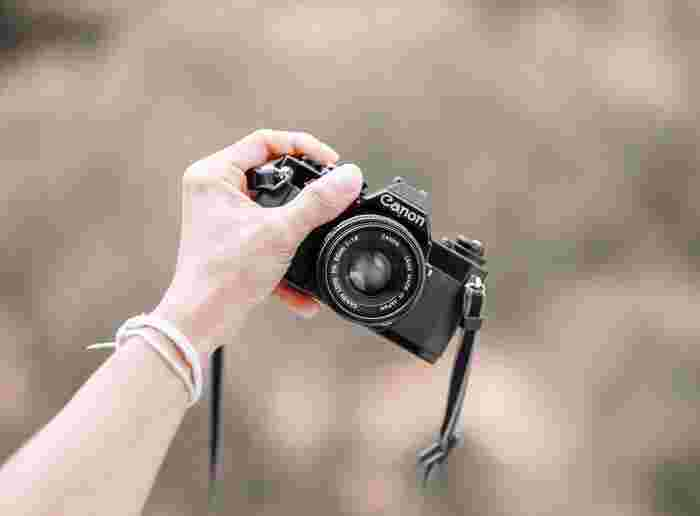 手軽におしゃれな写真が撮りたいけれど、難しいことはよく分からない……。写真を撮る機会が身近にあるからこそ、うまく撮れないと悩むこともありますよね。そこで今回は、少しの工夫でおしゃれに変わる、魅せる&映える写真の撮り方をご紹介します。スマホでもデジカメでも使える内容ばかりですので、ぜひお試しくださいね。
