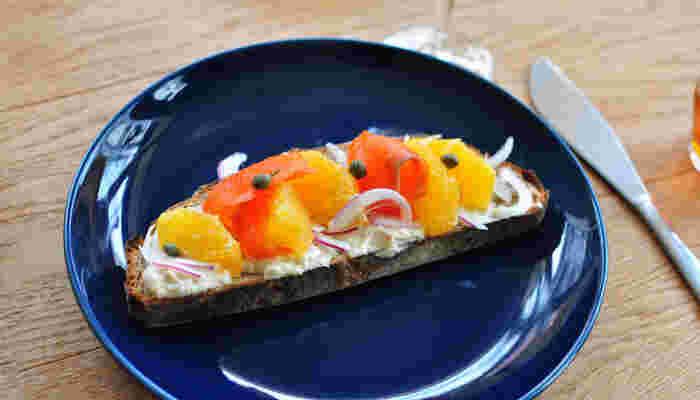 ネイビーのプレートは、暖色系の食材の色を際立たせてくれますね。サーモンやオレンジの色が美しく見えます。