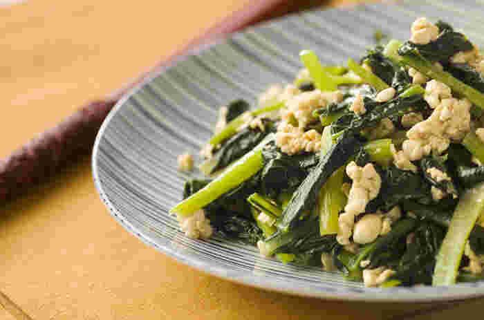 ■小松菜炒り豆腐炒め 鉄分、ビタミンCが豊富な小松菜を豆腐と炒めた「小松菜の炒り豆腐炒め」はメインにも匹敵するレシピです。一週間の痩せやすい体作りの中で朝昼晩どこにもで通用するレシピです。ごま油が効いているのでご飯に乗せても美味しいですよ。