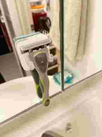 使用後のカミソリが、洗面台の上で横たわっている事はありませんか? 洗った後そのまま置いておくと、ぬめりの原因に。 IEbiyoriさんは、キャンドゥの「シェーバフック」を使って浮かせたところ、掃除が楽になったそう。