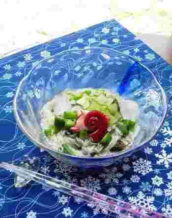 もずくとそうめんがつるつるっと食べやすい一品。酸味が効いたさっぱりとした味付けなので、知らぬ間にペロっと食べれてしまうかも。オクラやキュウリなどの夏野菜と一緒に食べてみてくださいね。
