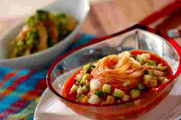 トマトジュースで作った冷製スープにカッペリーニをそのまま入れて作る簡単カッペリーニ。初めての冷製パスタ作りにもおすすめです。