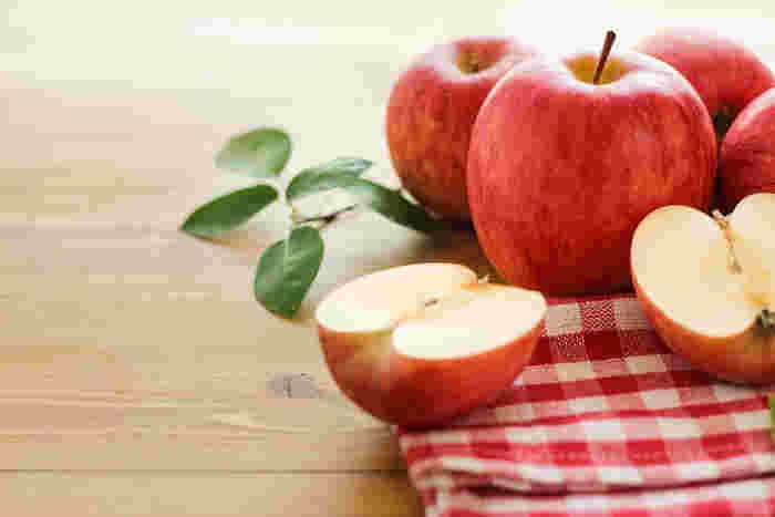 真っ赤でかわいい果物と言えば、りんご。自分で買う以外にも、どっさりもらって「どう食べよう??」と頭を悩ませることも多いのではないでしょうか。  そこで、「手作りアップルパイ」にトライしてみませんか♪