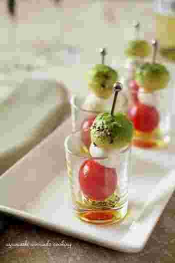 こちらもバルで定番のピンチョスレシピ。トマトと、チーズとアボカドの組み合わせがまさに南ヨーロッパです。グラスインで見た目もおしゃれ!