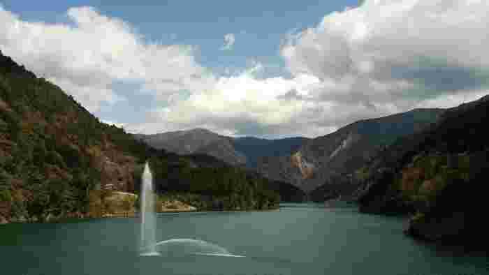 ダム周辺の噴水のような放水も夏にはぴったり。