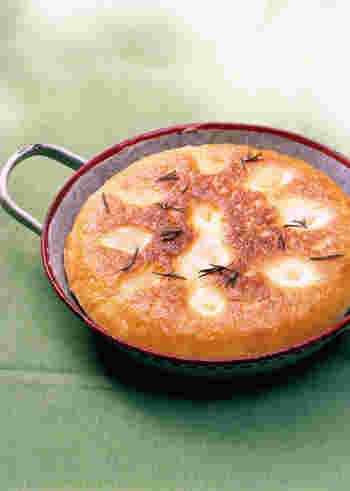 身近な調理器具、フライパンを使ってフォカッチャを焼くこともできます。ふたをして、両面じっくりと火を通します。香ばしさも魅力。