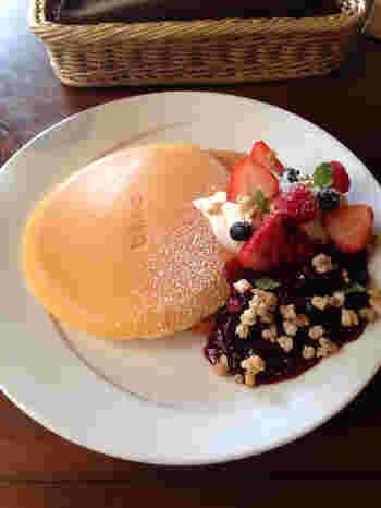 シンプルなパンケーキだけでなく、フルーツがのったデザートパンケーキもあります。赤い果実とマスカルポーネのパンケーキは、ベリーの甘酸っぱさの虜になりそう。