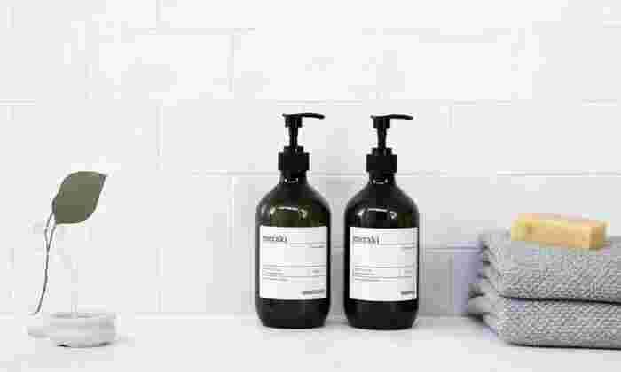 デンマーク生まれの、高品質なオーガニックボディケア製品を扱う「meraki(メラキ)」の「リネンデュー」は、オーガニックヒマワリオイルやゼラニウムオイルなどが配合された髪にやさしいシャンプーです。