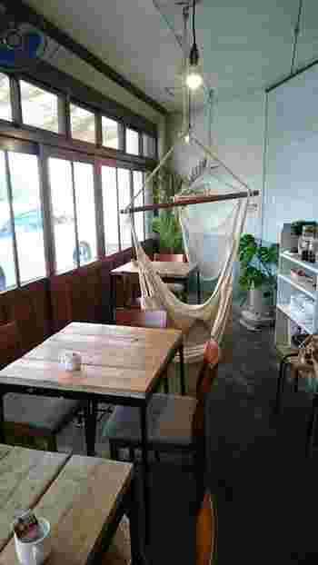 JR高槻駅から徒歩10分のところにあるカフェ「ハンモック キッチン」。無垢のテーブルやハンモックなど、ナチュラルなインテリアに期待が膨らみます。  店内では雑貨や植物なども販売。お店の名前にもなっているハンモックでくつろぐこともできます。