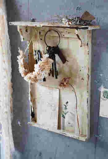 ウォールラックに板を合わせ、フックで小物をひっかけられるように考えられた壁面収納アイテムです。なくしやすい鍵やアクセサリー、ヘアゴムなどを収納しておくといいですね。 わざと使い込まれた風にペイントされているのがとてもお洒落です。