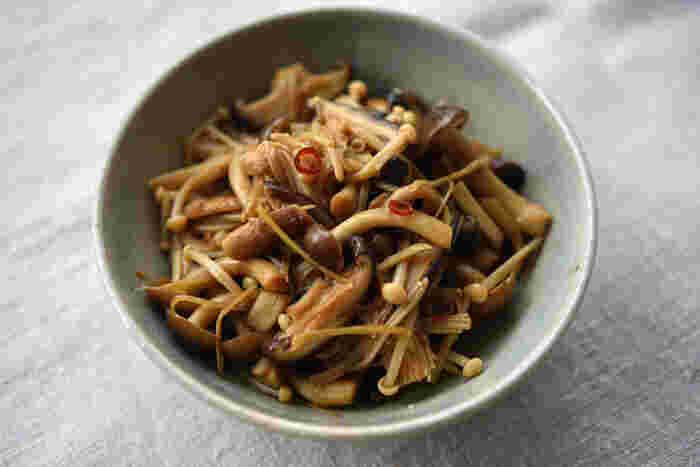数種類のキノコを、きんぴら風にピリ辛炒め煮した一品はご飯にぴったり。そのままでも、混ぜ込んでも美味しそうですね。
