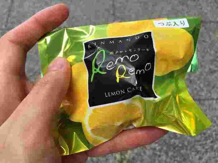 """筆者もよく通っているお菓子屋さんなのですが、イチオシはレモンケーキ!  こちらの""""RemoRemo""""は瀬戸田のエコレモンをふんだんに使ったケーキで、レモンの風味としっとり食感が楽しい一品。  また、もうひとつのレモンケーキ「まるっと島レモン」も一緒に買ってみて、食感の違いを楽しむのもおすすめです。こちらはレモンピールも入っていますよ。"""