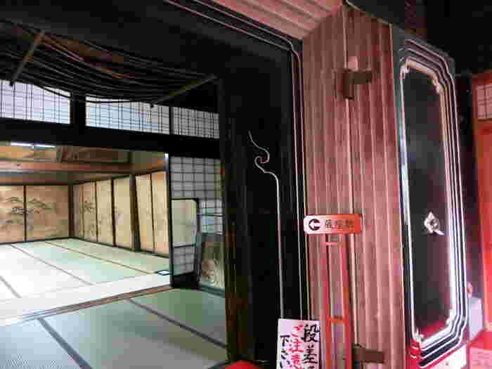 蔵の中が生活スペースになっている蔵座敷も無料開放されています。明治に多かった火災から守るため建てられたもの。秋田県はほかに横手市増田にある内蔵も有名で、屋外に出ずに蔵へ行くことができるという便利さもありました。