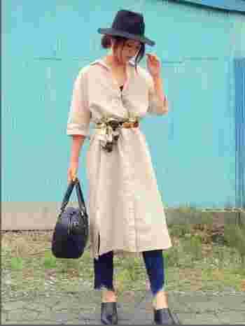 ベルト代わりにスカーフを巻くのもレトロな雰囲気でとってもおしゃれな秋コーデ。シャツワンピやトレンチコートに巻いたり...とコーデの幅も広がりそうです。