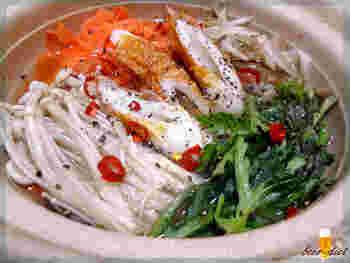 乾燥しょうが以外にも、唐辛子・ゆず胡椒・黒胡椒を入れてピリ辛でスパイシーに。韓国の牛肉を粉末にした調味料「ダシダ」を使う、牛肉の旨みが溶け込んだお鍋。
