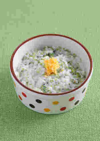 脂肪が少なくて消化吸収の良い白身魚は、赤ちゃんの離乳食にもおすすめの食材です。こちらはそんな白身魚にすりつぶしたジャガイモと、細かく刻んだブロッコリーを加えて、裏ごしした卵黄をトッピングした「白身魚のミモザ風」。白身魚はタンパク質やビタミンも豊富に含み、栄養満点の食材です。