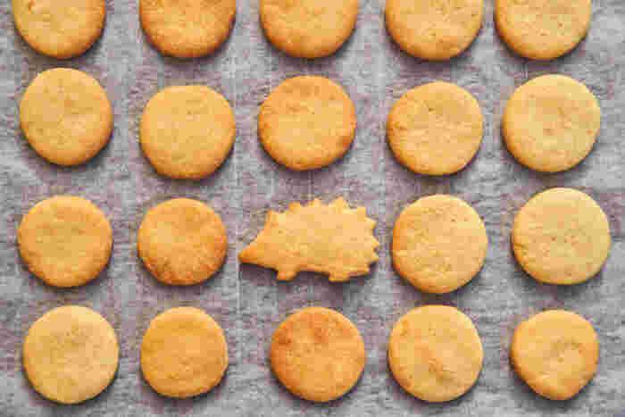 初めて子どもと一緒に焼き菓子を作るなら、クッキーがおすすめ。生地の型抜きはやっぱり気分が上がります。小さな子どもには、まずはシンプルな素材で優しい甘さを目指しましょう。香ばしい香りも美味しさの大切な要素です。