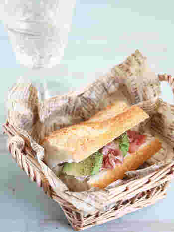 バゲットにアボガドと生ハムを挟んだサンドウィッチ。生ハムの塩気とバゲットが良く合います。
