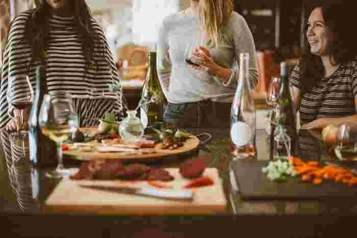 食へ向かうストレスが「寂しさ」かもしれないときは、家族や友人など親しい誰かに連絡をとって会ってみましょう。一緒に食事をするのもいいですね。他にも、動物に触れてみたり、人と交流できるイベントに参加したりなど、食べもの以外の解消を探してみて。