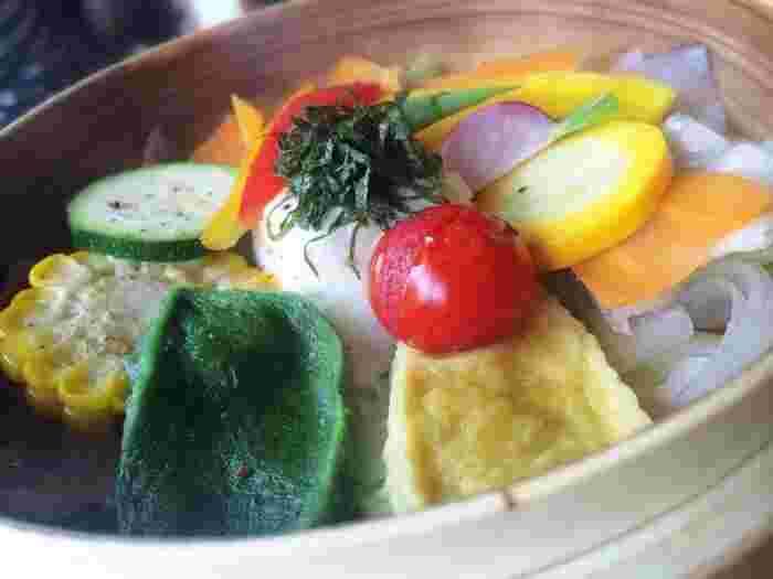 こちらで食べたい一品は、三浦半島産にこだわった旬野菜のせいろ蒸し。1日に必要な野菜の半分の量が取れる、とてもヘルシーなメニューです。体にも心にも優しいお店を、体感してみてくださいね。
