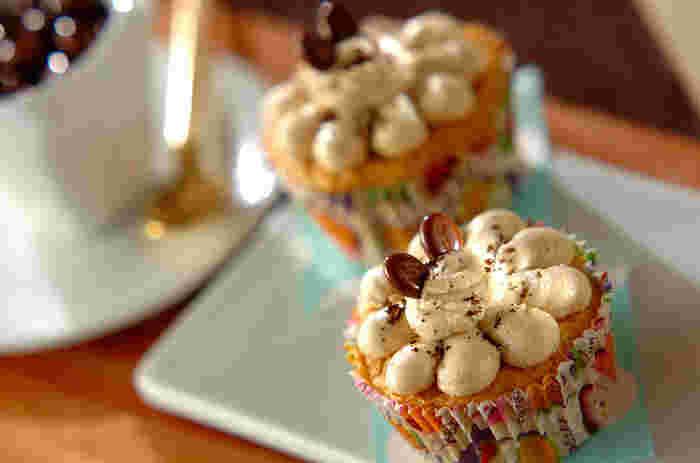 こちらはちょこんとのったコーヒービーンズ型のチョコレートがアクセントになっていて、ひと目で「コーヒー味ののケーキかな?」と予想してもらえます。クリームの絞り方もお花みたいでキュートですね。ふりかけてあるパウダーも、もちろんコーヒー粉です。