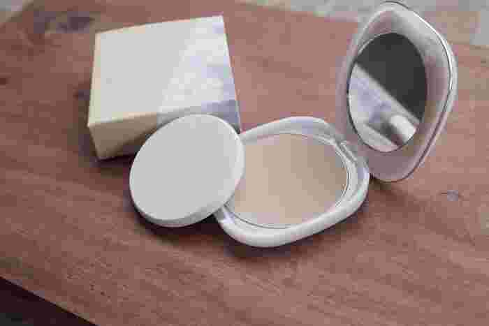 皮脂をオフしたら、清潔なファンデーションパフでヨレた部分を馴染ませてから、コンシーラーやパウダーファンデーションを重ねます。 このとき厚塗りになってしまうとまたヨレや崩れの原因になるので薄くでOK。
