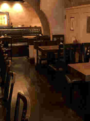 古い協会の回廊を彷彿とさせる店内は、明るすぎない照明とコーヒーの香りが心地よい空間。仕事中、ちょっと一服してすぐ出ていく人たちを横目に、たまには贅沢な時間を過ごしても良いかも。