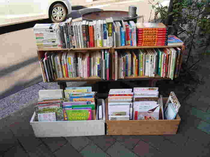 しまぶっくと同じ資料館通りにあるお店。  お店の外は、暮らしや料理などの本が中心。 お店の中には、アートや洋書、写真集などの 少しエッジの効いた本・雑誌が並べられています。 東京都現代美術館やギャラリーめぐりをした後に寄ると、きっと楽しいお店。  清澄白河駅から、徒歩12~13分くらい。