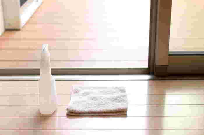 手ごわい網戸の汚れにおすすめなのが、セスキ水。セスキ炭酸ソーダは、ナチュラルに汚れを落とすアルカリ剤で、重曹より水に溶けやすく、またアルカリ性が強すぎないので手肌に優しいのもメリット。セスキ水を拭きかけてウエスで拭き取るだけで、網戸も簡単に掃除できます。