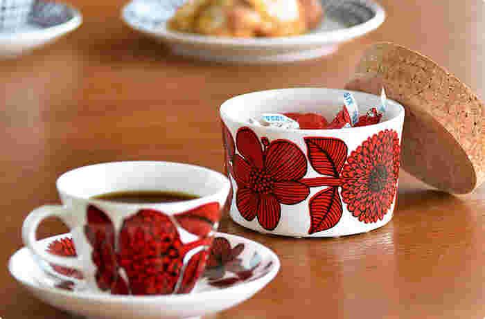 キッチン小物や、お砂糖、ちょっとしたお菓子などを入れて飾っておくだけで存在感抜群。キッチンの印象がガラリと変わりますよ。