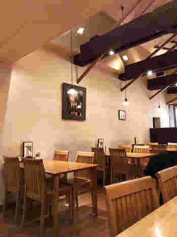 仲見世商店街にある「藍花(あいばな)」は、高い天井と木を多く使ったインテリアが落ち着いた雰囲気の和カフェ。自家焙煎のコーヒーと甘味やスイーツが人気です。