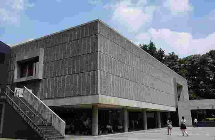 JR上野駅(公園口出口)から徒歩1分の場所にあるのが、「国立西洋美術館」です。この美術館は、戦後に日本とフランスの国交回復・関係改善の象徴として、1959年にフランスで活躍していた建築家ル・コルビュジエ氏の設計によって建設されました。2016年7月には、世界文化遺産に登録されています。