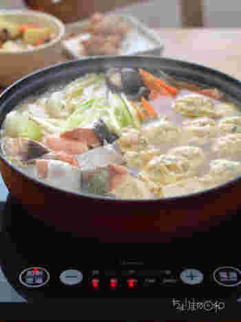 冬といえば、あったかいお鍋が美味しい季節ですね。お肉、お魚、きのこ…そしてたっぷりのお野菜がひとつのお鍋にギュっとつまって、栄養もボリュームも満点!そして、なによりも冷えた体をポカポカとあたためてくれるところが嬉しいですよね。今回は、寒い季節に食べたくなる美味しい鍋レシピをご紹介したいと思います。冬の食卓や、おうちで女子会♪みんなが集まるホームパーティーなどにもおすすめですよ!