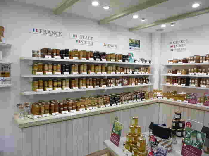 ラベイユの魅力はなんと言ってもその豊富な種類。店頭に並ぶはちみつの産地は、日本をはじめ、フランス、スペイン、イタリア、シチリア、ギリシャ、タスマニア、ニュージーランド、台湾、ハンガリーの9ヵ国。60種類以上あるはちみつは全てテイスティングができて、あなたのお気に入りのはちみつを見つけることができます。