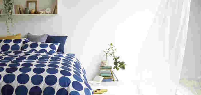 """風水では部屋の""""空気""""も大事な要素のひとつです。「換気」をして空気を入れ替えることで、気の流れが良くなると言われています。朝起きたらカーテンと一緒に窓も開けて、お部屋の中に新鮮な空気を取り込みましょう。"""