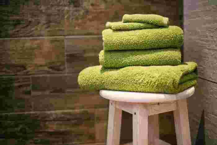 場所が限られた洗面所であっても、スツールならスマートに置いておくことができます。お風呂で使うバスタオルなどを取りやすい場所に置いておいたり、一時的な物の置き場所を作っておくと、使い勝手が良いですよ♪