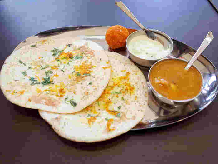 南インドの定番料理「ドーサ」。お米やお豆などをペースト状にした生地で作るクレープのようなもので、ふんわりとした食感がおいしいんですよ。そのままつまんでも、カレーをつけても絶品です。猛暑に負けない体作りをしたい方は、インドカレーがおすすめ。