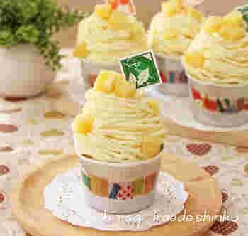 ホットケーキミックスで作ったカップケーキに、角切り甘煮さつまいもと合わせた生クリームを乗せ、さつまいもクリームをしぼった、かわいらしいカップケーキ。パーティーなどにもぴったりです。材料も揃えやすいものばかりなのがとっても嬉しい。