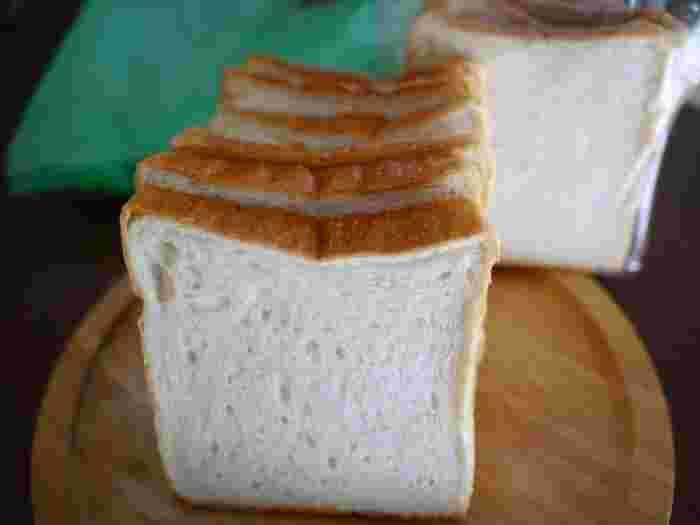 そのまま食べるともっちり。少し焼いて食べるとさっくり。何もつけなくてもほのかに甘みが口に広がる絶妙な食パン。食べてみると、なるほど伝説のパンだ…と納得できます。