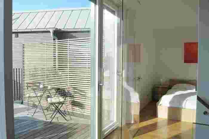 ウッドデッキを室内から見ると、お部屋の続きの様に見えて、お部屋が広く見える効果も期待できます。