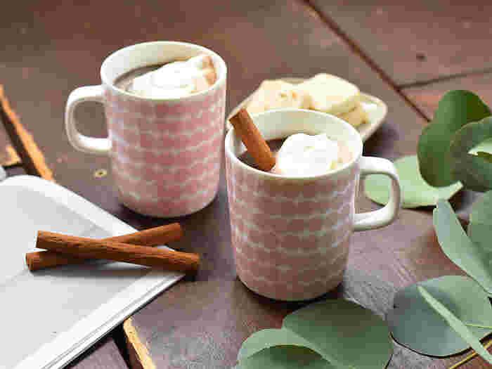 温かいドリンクが体にも心にも染みる季節がやってきました。シンプルなデイリー使いのマグカップでも美味しいドリンクは楽しめますが、お気に入りのマグカップならさらにリラックス気分が高まりそうですよね。  そこで今回は、温かいドリンクにぴったりな、素敵なデザインのマグカップをご紹介します。ぜひお気に入りを探してみてくださいね。