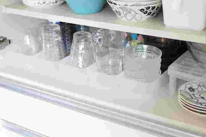 もちろんグラスなども、ボックスに並べてすっきり。中にすべり止めのシートなどを引いておくのがおすすめです。ちょっとした工夫で奥にあるアイテムも、さっと取り出しやすくなりますね。