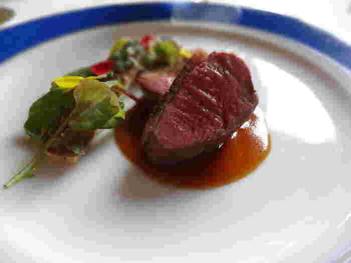 """ジビエ(GIBIER)とは、野生鳥獣の肉を意味するフランス語。ジビエ料理とは、""""狩猟によって食料用に捕獲された天然の野生鳥獣を使った料理""""のことを言います。"""
