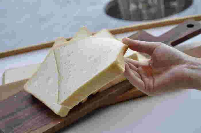安心安全の素材を使用した食パンは、ほんのりとした甘さとふわっとしたなめらかな口当たり。手に持ってみるとその柔らかさがよくわかりますね。