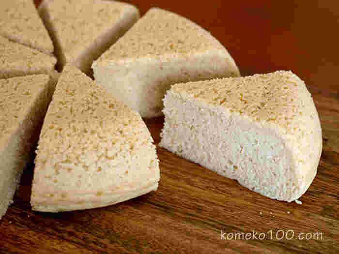 生地を混ぜて炊飯器で炊くだけの炊飯器ケーキ。お菓子作り初心者にもおすすめの簡単レシピです。甘さ控えめなので、好みで粉砂糖をかけたり、生クリームを添えても。