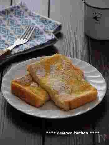 食パンやフランスパン(バゲット)などがよく使われています。一般的に、きめの細かい食パンは卵液が浸透するまでに時間がかかり、焼き上がりはとろりとした仕上がりになります。適度に空洞のあるバゲットは比較的、卵液が染み込みやすく、ふわふわな食感が楽しめますよ。  そのほかにも、ベーグルやブリオッシュ、ドライフルーツやナッツが入ったハード系のパンで作ると、食感や風味にアクセントがつくので、ぜひお好みのパンで試してみてくださいね。