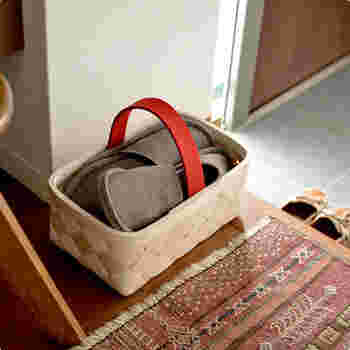 カゴを使った収納は、手軽で簡単、それでいてサマになるおすすめの収納アイデアです。フェルトの取っ手がアクセントになったこちらのバスケットは、北欧に伝わる伝統の技法で作られたもの。 玄関にちょこんとあるだけで、ぬくもり感をプラスしてくれます。